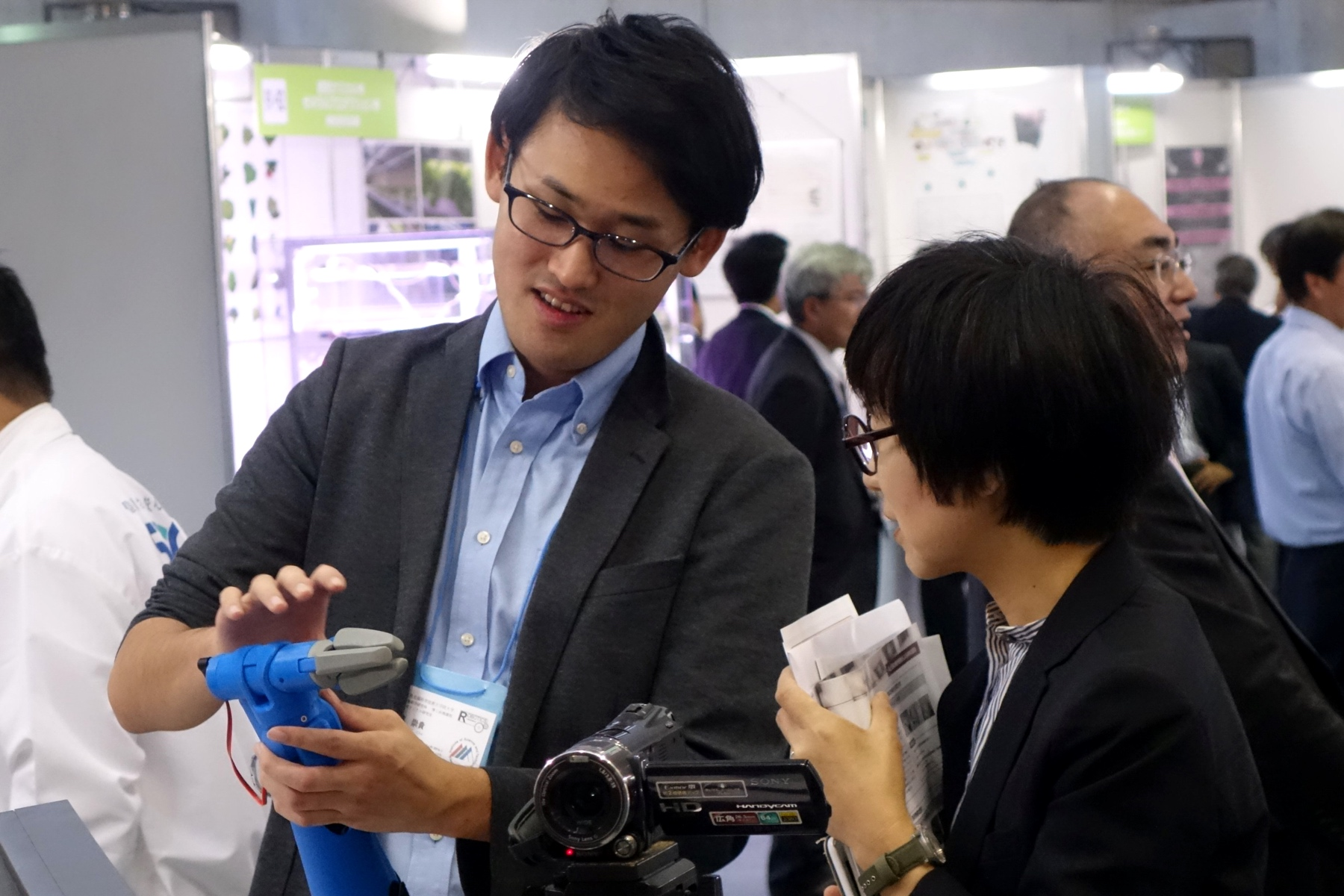 Master's student Sung-Gwi Cho explaining the 3D-printable prosthetic hand Finch designed for amputees.