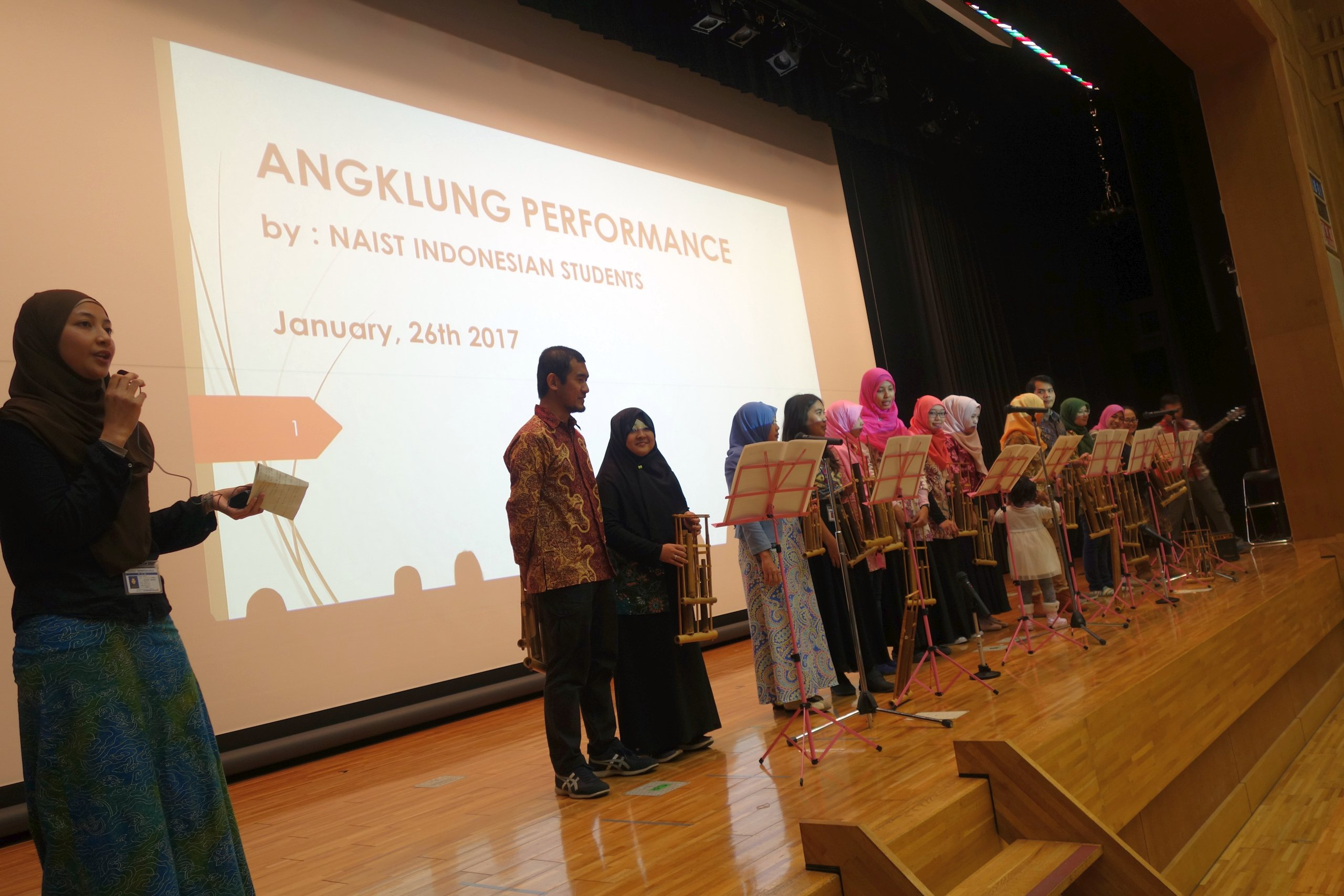 In Angklung, every instrument plays only one note and the band follows a melody by alternating players quickly.