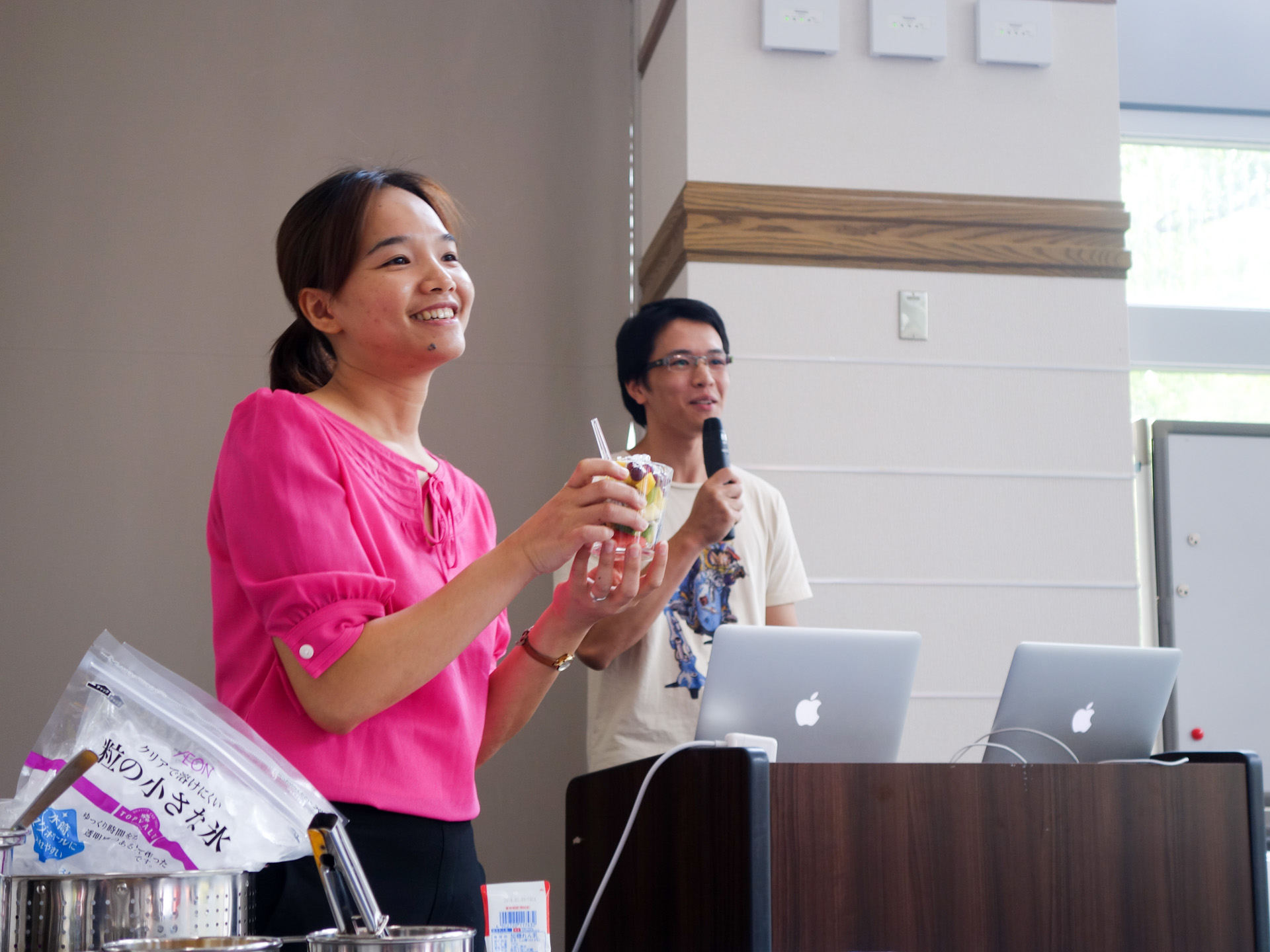 Le Quynh Giang (D1) and Mai Chi Thanh (M1) demonstrate how to make Chè Trái Cây, a popular Vietname fruit salad style dessert and street food.