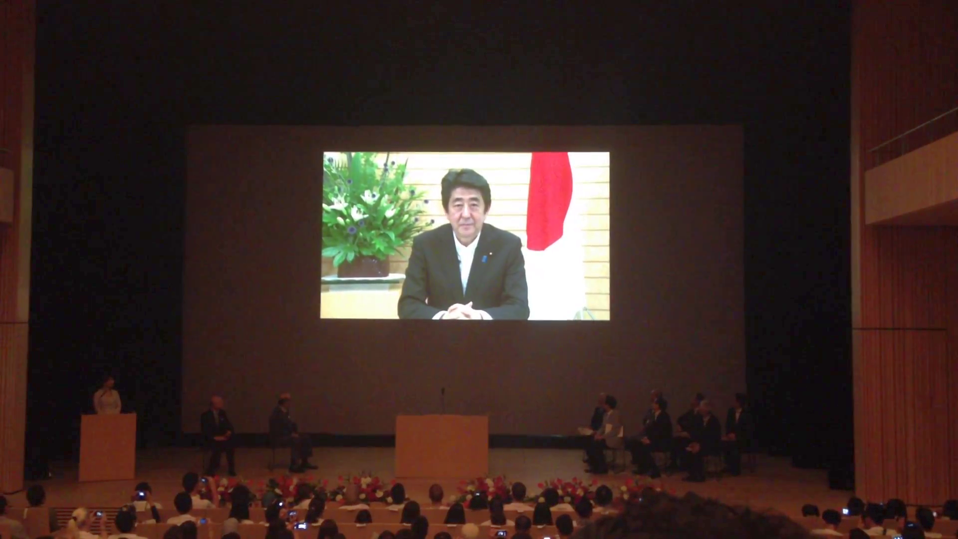 Prime Minister Shinzo Abe greets the Japan TENT participants.