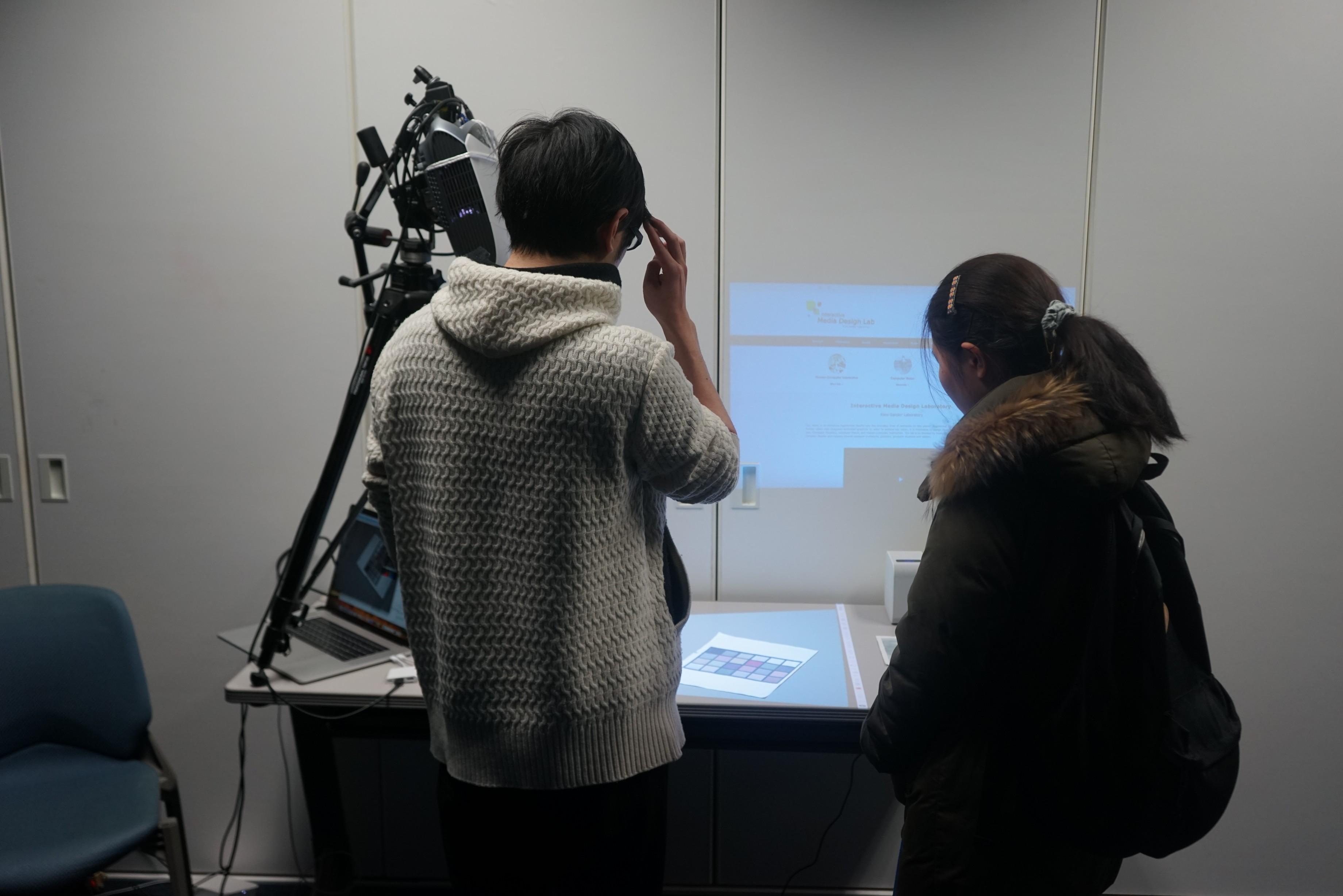 見学者にAR画像の体験をしてもらってます。