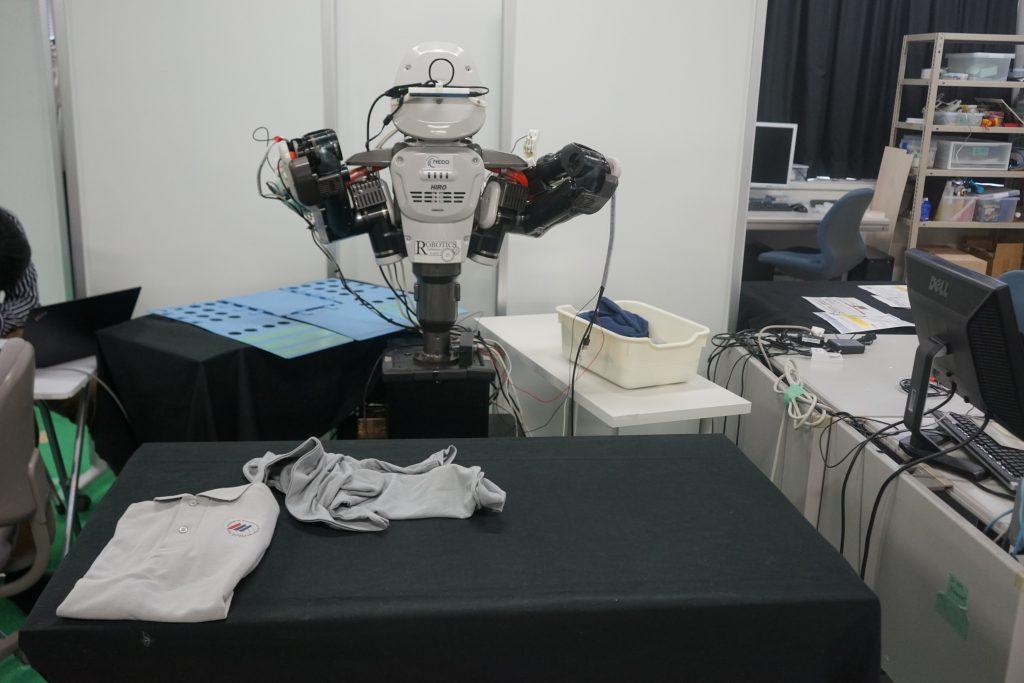 双腕ロボットによる洗濯物たたみのデモ披露