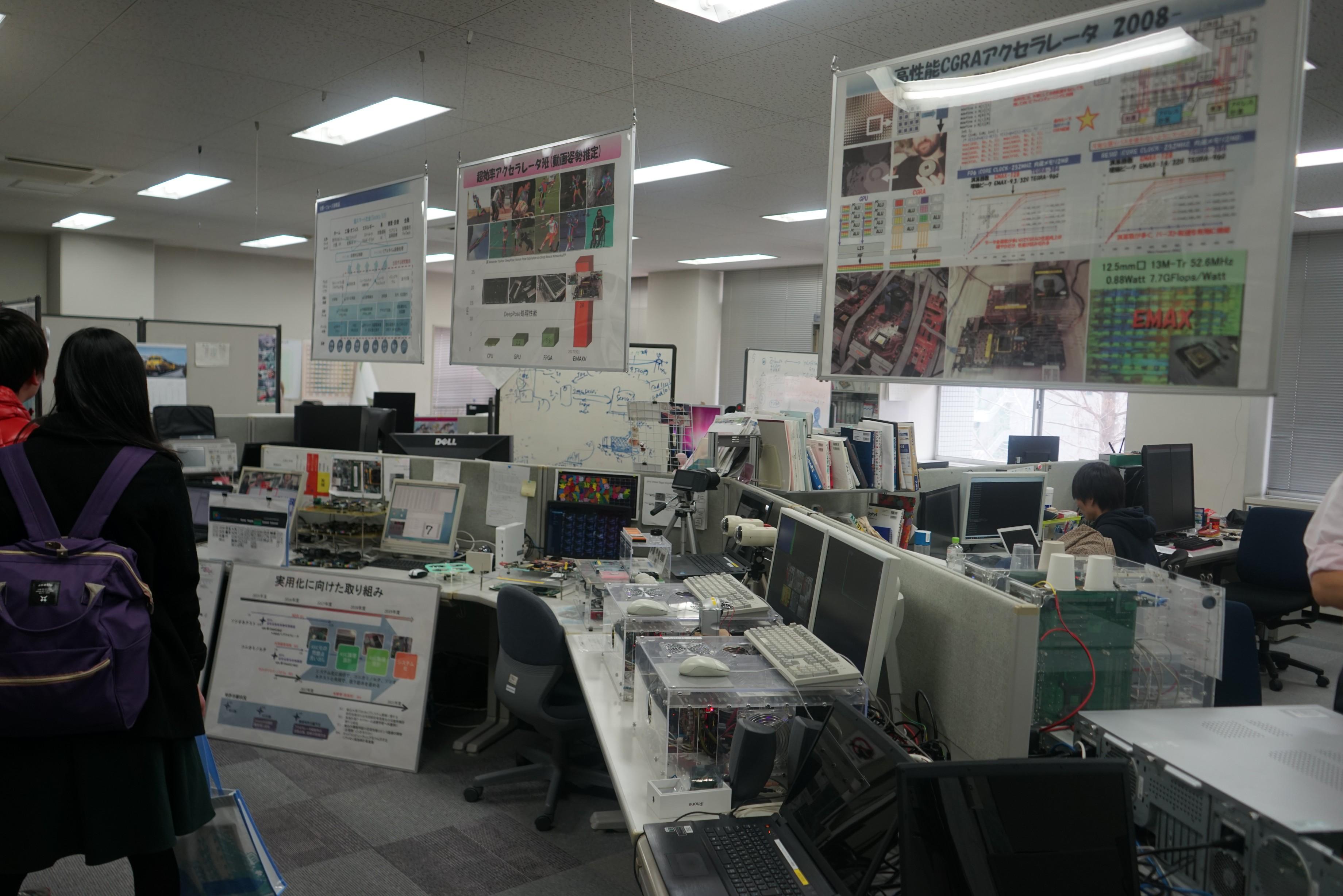 コンピュータや周辺機器がたくさんあります。