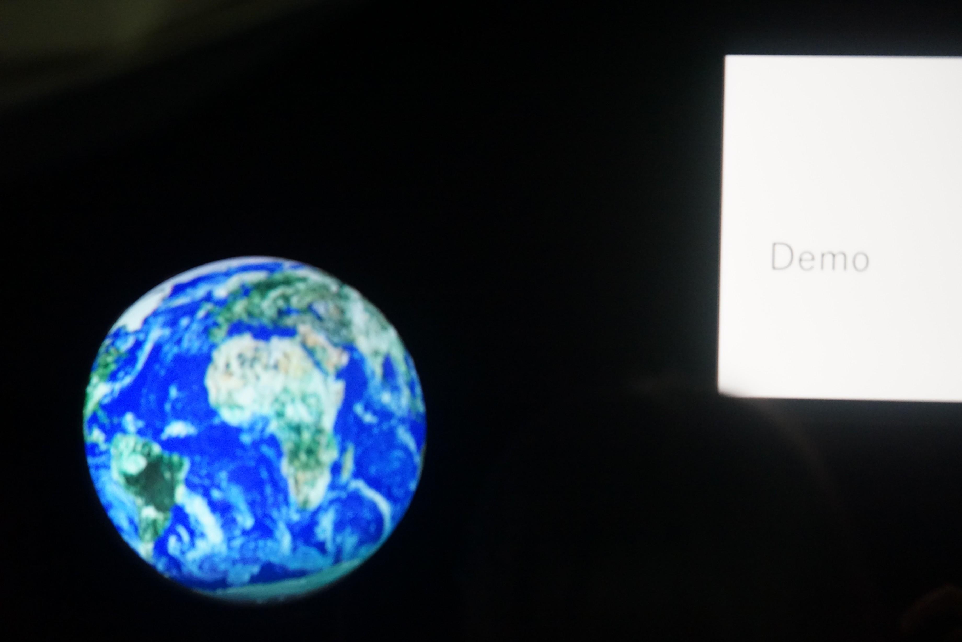 円球ディスプレイに地球を写し、地球儀のように見せてます。